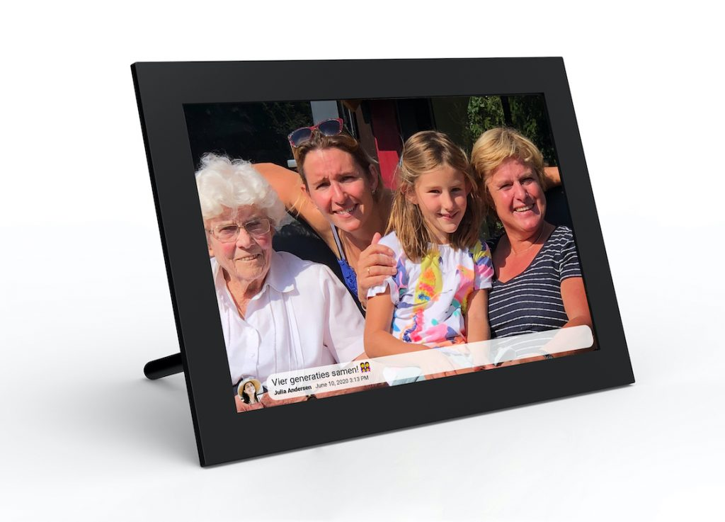 Oma op de digitale Frameo fotolijst